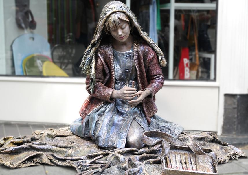 039 Meisje Met De Zwavelstokjes - The Little Match Girl - Living Statue - Levend Standbeeld 01