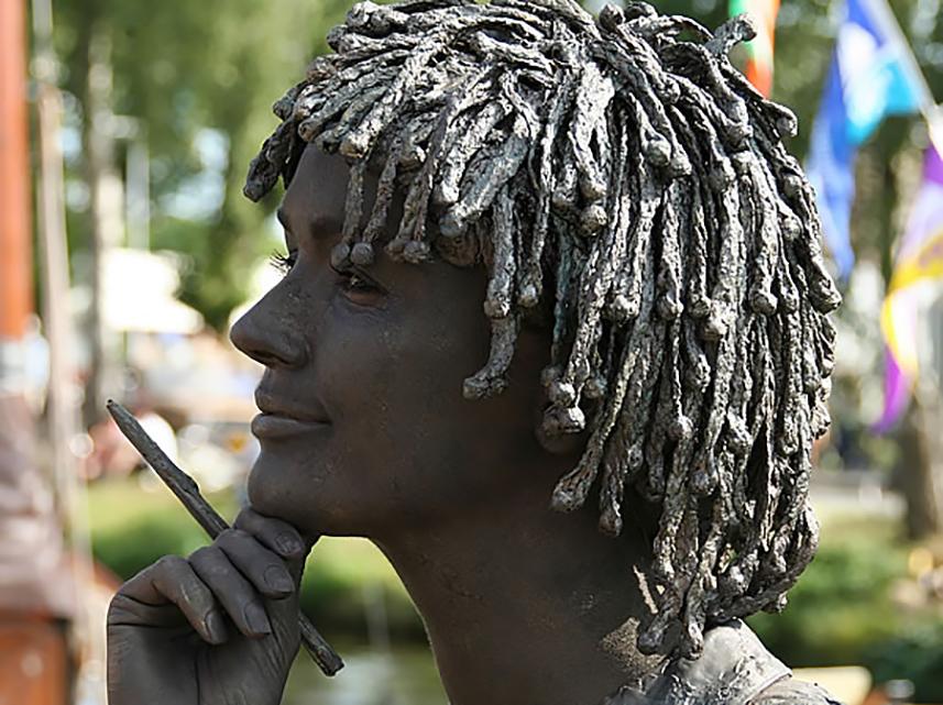 043 Het Schoolmeisje - Schoolgirl - Living Statue - Levend Standbeeld 01
