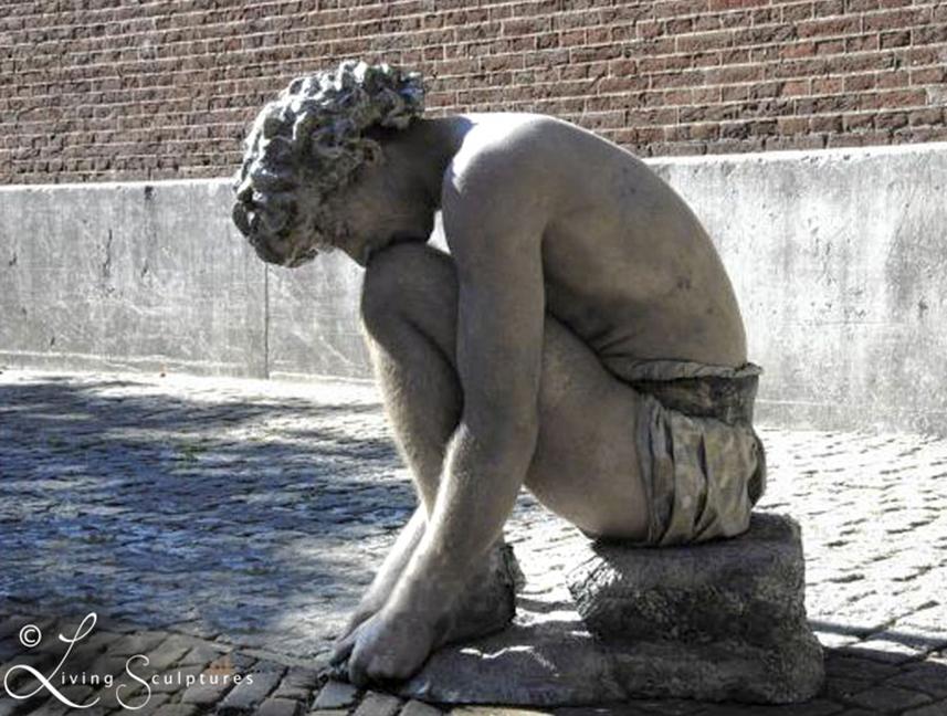Beeldtheater Living Sculptures 016 Crouching Boy 01